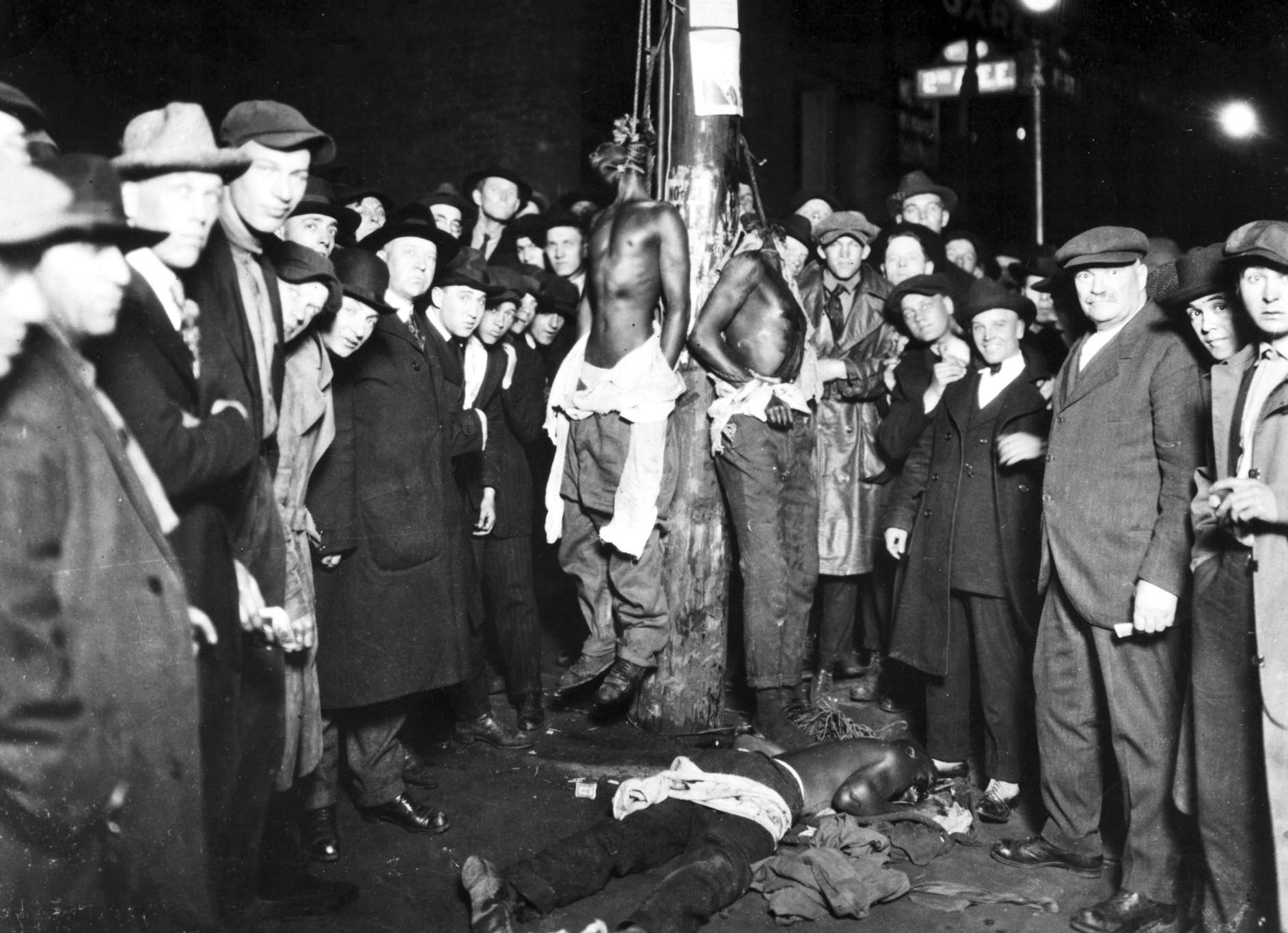 Postcard of Duluth MN lynching, 1920
